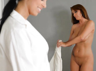 Kira queen is certainly a lucky masseuse as she sees her new client sheila grant enter, disrobe.