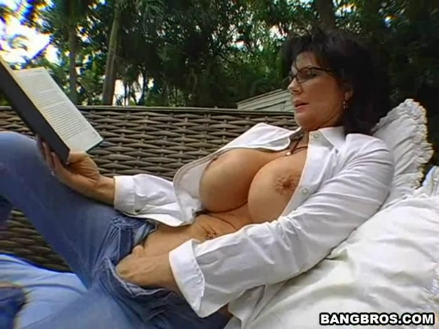 Deauxma is one of the hottest milfs in the industry.